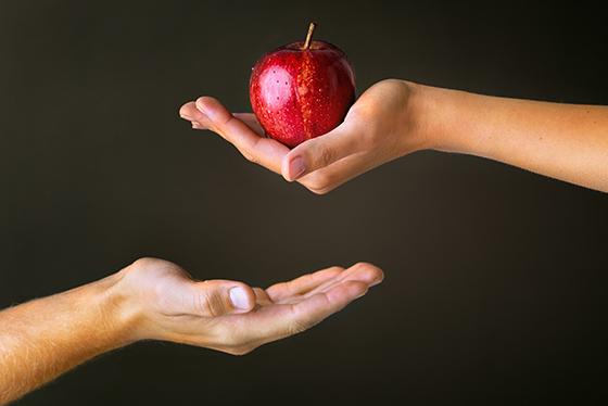 Adam und Eva, Apfel Übergabe