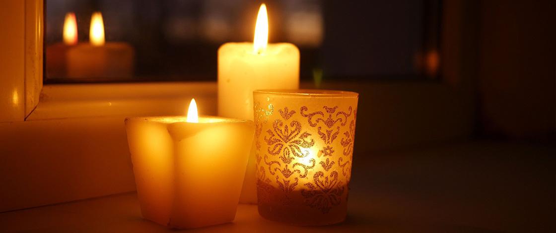 Kerzen auf Fensterbank