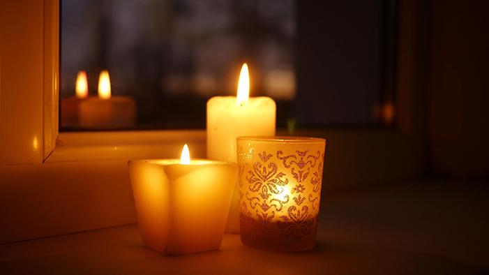Brennende Kerzen am Fenser