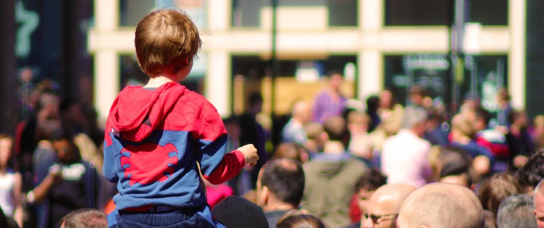 Kind in Menschenmenge