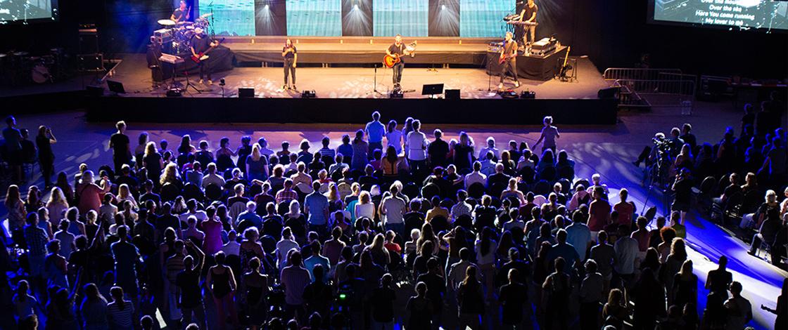 Bühne mit Musiker vor vollen Zuschauerrängen