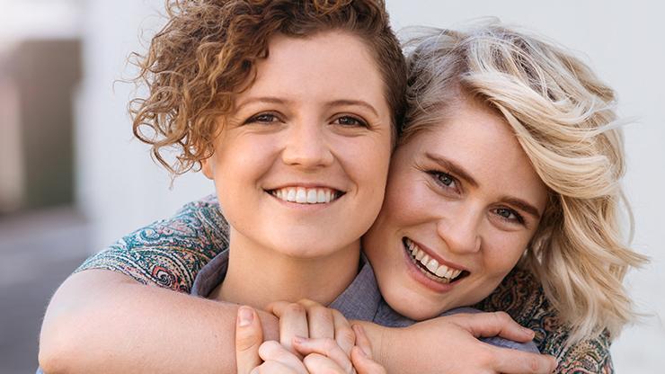 Zwei Frauen die sich umarben