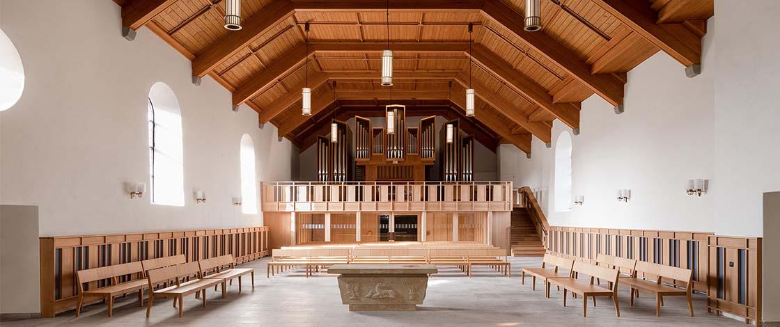 Das innere einer Kirche mit Blick auf den Taufstein und die Orgel